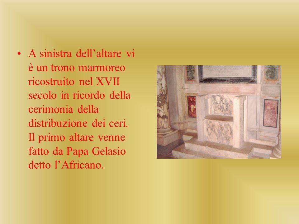 A sinistra dellaltare vi è un trono marmoreo ricostruito nel XVII secolo in ricordo della cerimonia della distribuzione dei ceri. Il primo altare venn