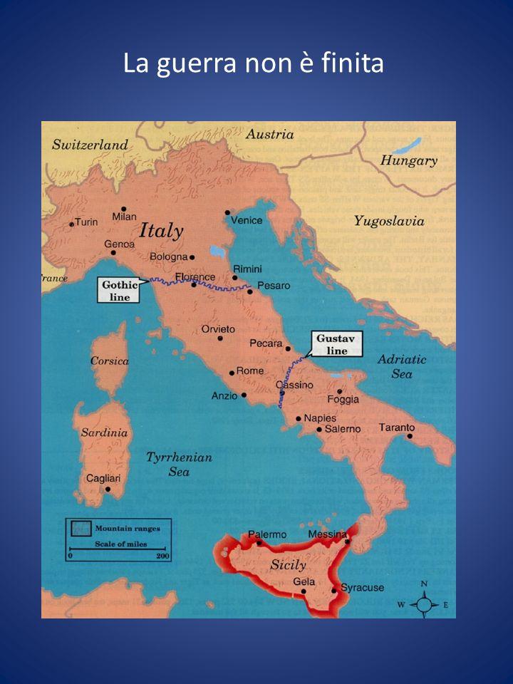 8 settembre 1943: il dramma degli italiani Con lannuncio dellarmistizio ai soldati italiani non viene data nessuna indicazione concreta: non cè un piano operativo, gli ufficiali non sanno se si debba sciogliere lesercito, ripiegare verso lItalia liberata, fare guerra ai tedeschi I soldati stanziati in Italia lasciano le caserme I tedeschi occupano in breve tempo il territorio italiano (a Biella arrivano il 21 settembre); molti soldati italiani sono arrestati e internati, soprattutto quelli che si trovano allestero A Cefalonia i soldati della Divisione Acqui sono massacrati dai tedeschi