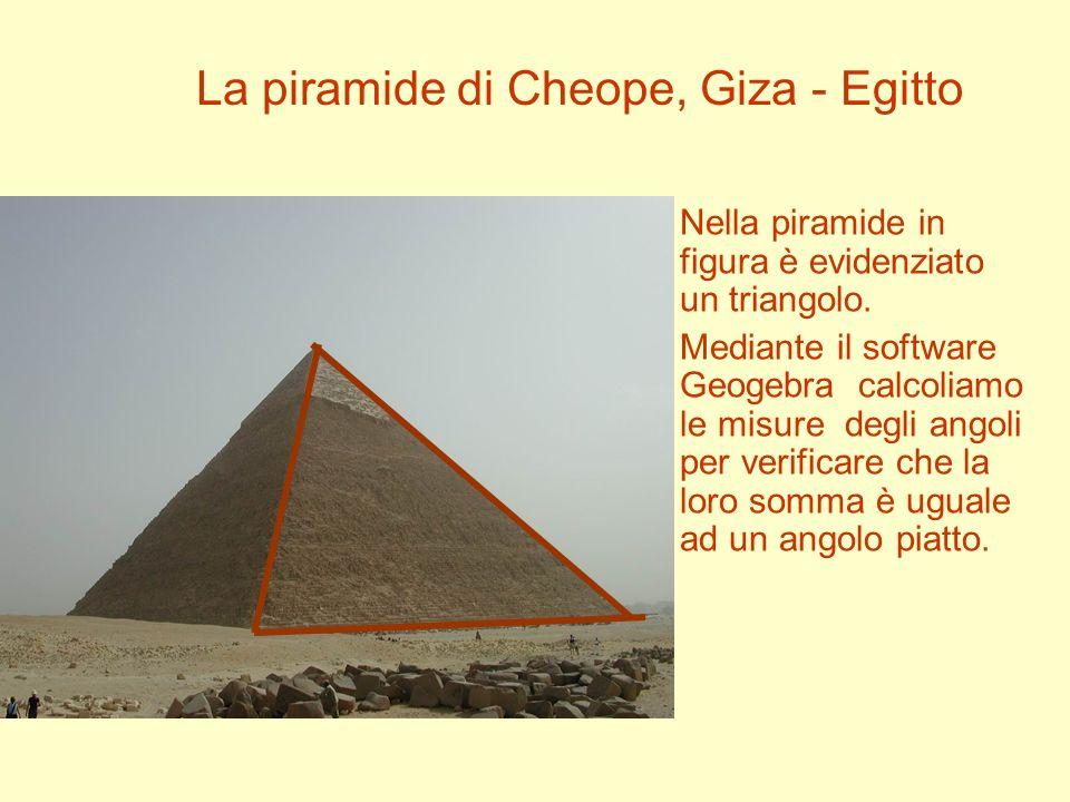 Nella piramide in figura è evidenziato un triangolo. Mediante il software Geogebra calcoliamo le misure degli angoli per verificare che la loro somma