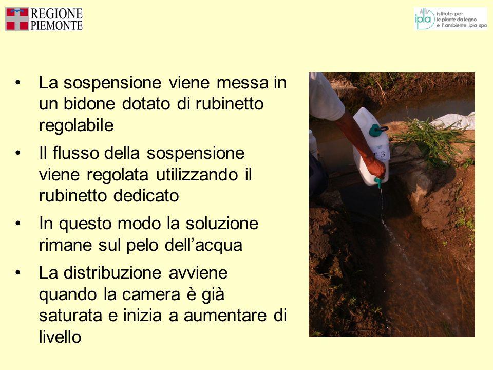 La sospensione viene messa in un bidone dotato di rubinetto regolabile Il flusso della sospensione viene regolata utilizzando il rubinetto dedicato In