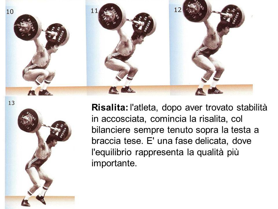 Risalita: l'atleta, dopo aver trovato stabilità in accosciata, comincia la risalita, col bilanciere sempre tenuto sopra la testa a braccia tese. E' un