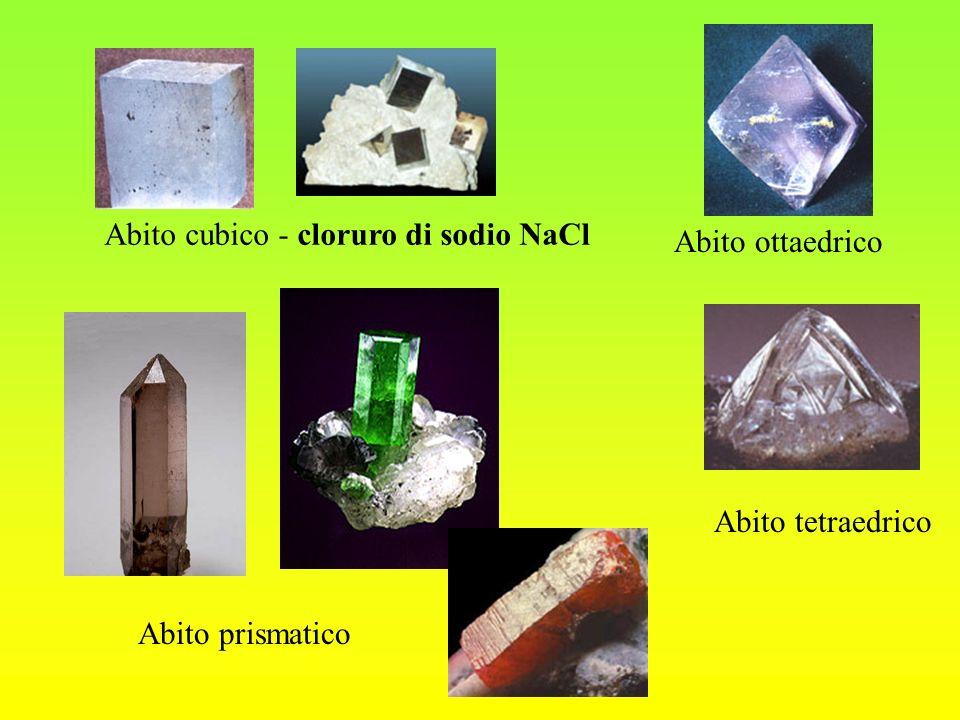 Classificazione dei minerali Le moderne classificazioni dei minerali prendono in considerazione la composizione chimica e la struttura cristallina e suddividono le specie minerali in 8 classi/famiglie: - classe I elementi nativi (oro, rame, argento); - classe II solfuri (pirite, galena e cinabro) - classe III alogenuri (salgemma e fluorite: CaF 2 ); - classe IV ossidi (ematite Fe 2 O e magnetite FeO ·Fe 2 O 3 ); - classe V carbonati (calcite e dolomite); - classe VI solfati (gesso e anidrite) - classe VII fosfati (apatite); - classe VIII silicati, formano il 90% della crosta terrestre.