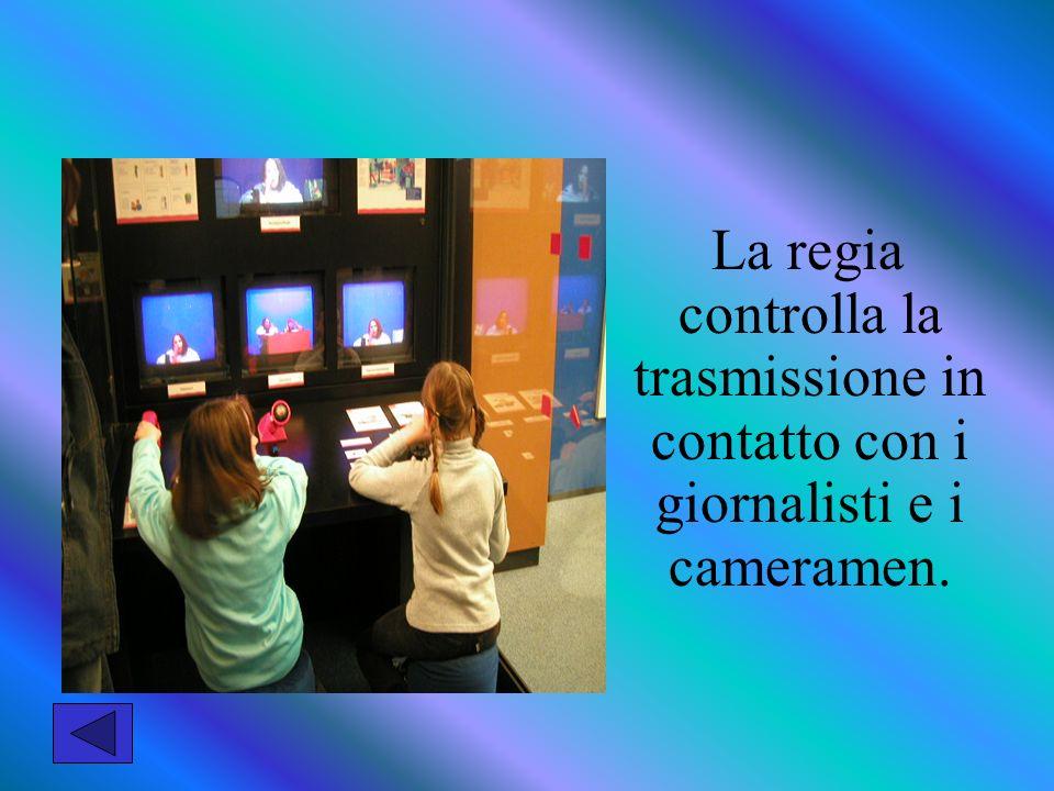 La regia controlla la trasmissione in contatto con i giornalisti e i cameramen.