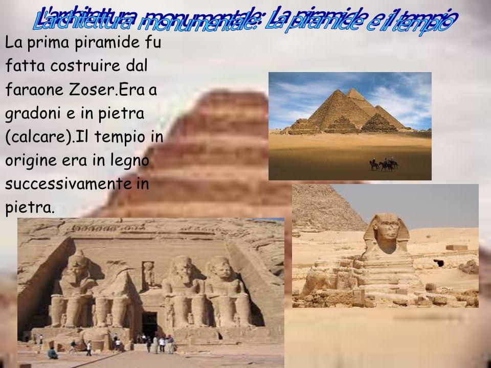 La prima piramide fu fatta costruire dal faraone Zoser.Era a gradoni e in pietra (calcare).Il tempio in origine era in legno successivamente in pietra