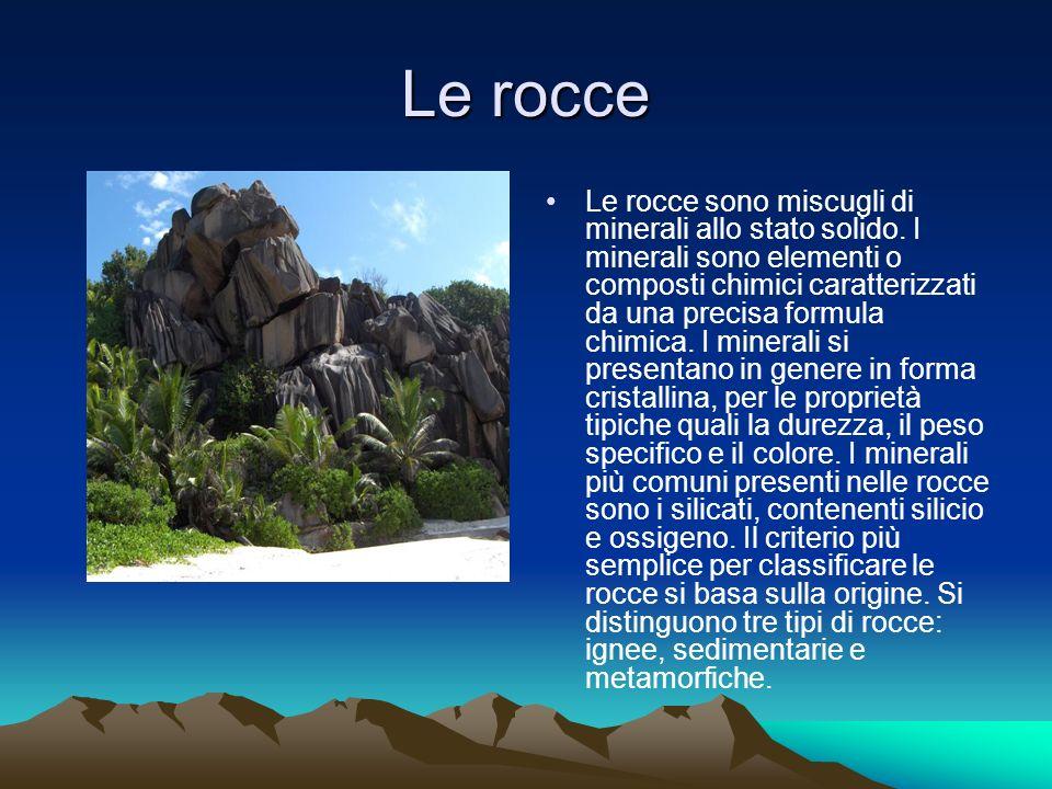 Le rocce Le rocce sono miscugli di minerali allo stato solido.