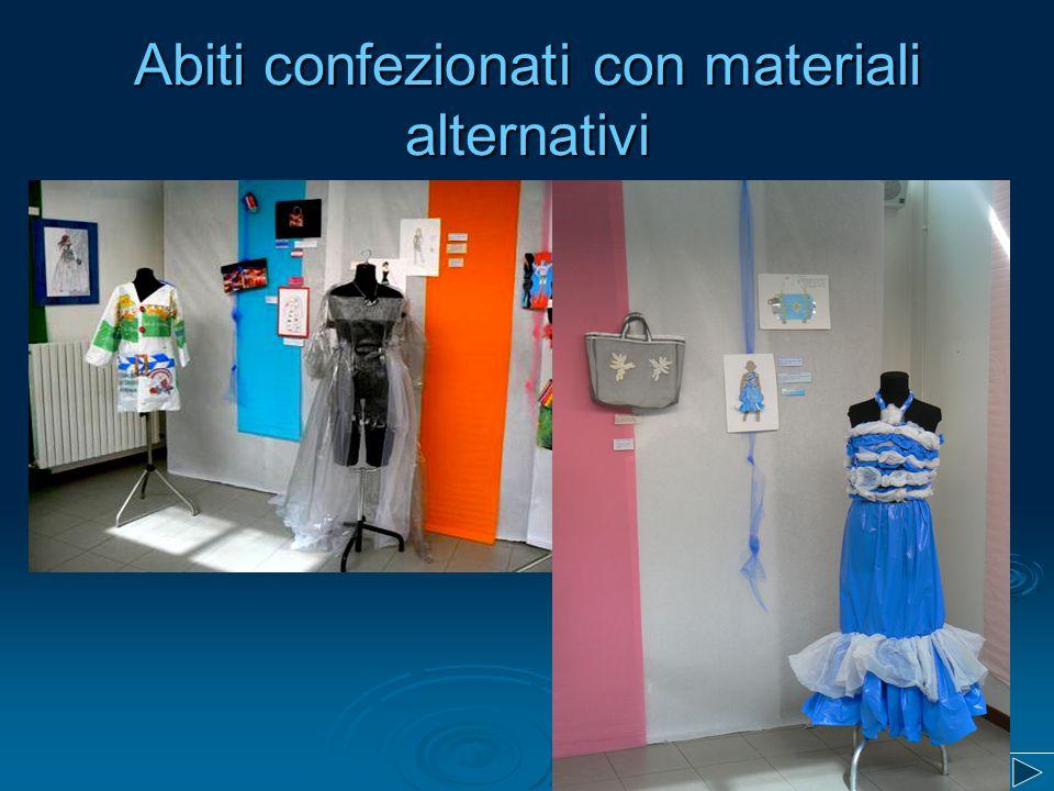 Abiti confezionati con materiali alternativi