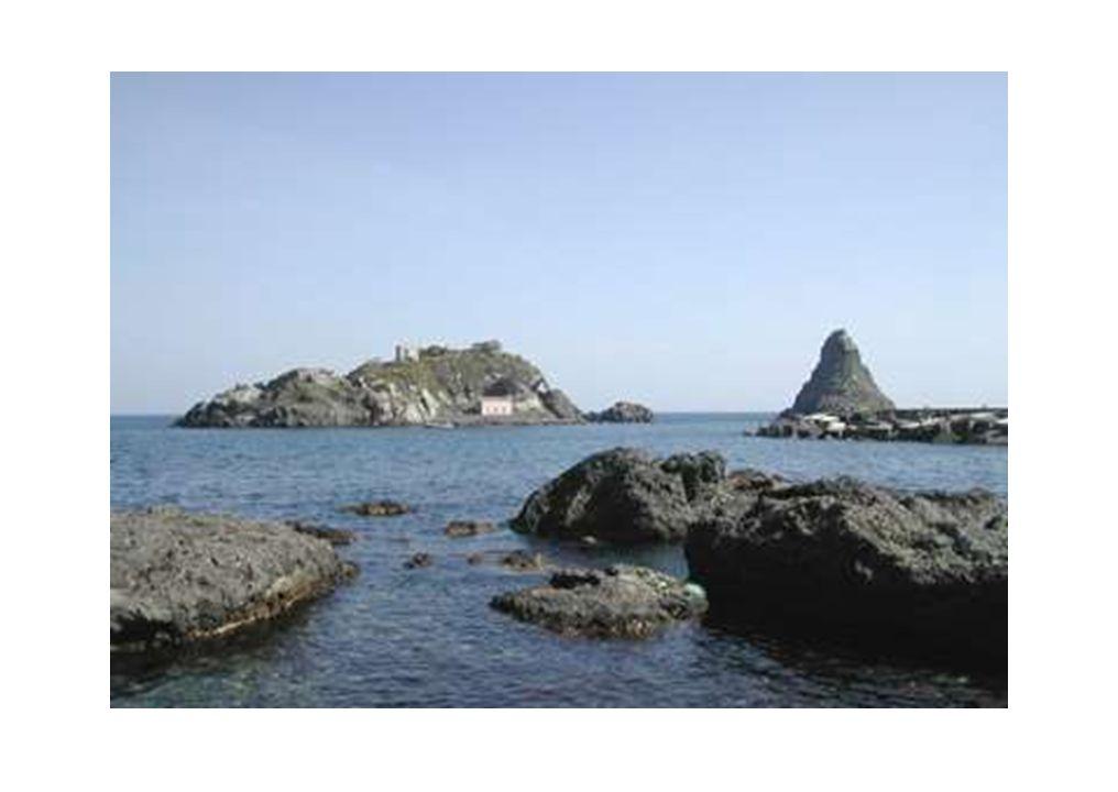 Isole dei Ciclopi Nell area di Acitrezza e Acicastello, nel basso versante sudorientale dell Etna, affiorano i prodotti delle prime manifestazioni vulcaniche etnee.