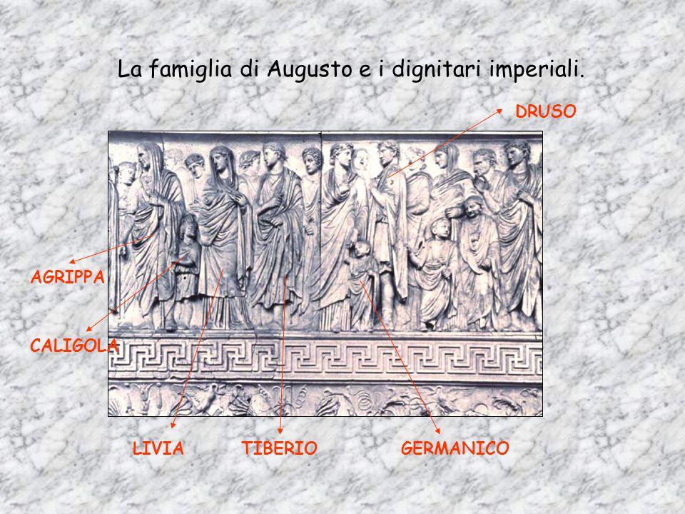 Come Enea Anche Augusto, alla presenza degli esponenti religiosi e della famiglia imperiale, prega gli dei consacrando loro laltare. AUGUSTO Nei terri