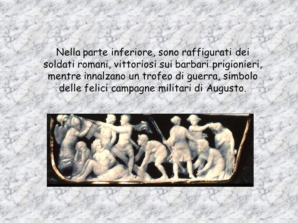 Nella parte superiore, Augusto è seduto in trono accanto alla dea Roma e viene incoronato dalla Oikoumène, la personificazione del mondo e del potere