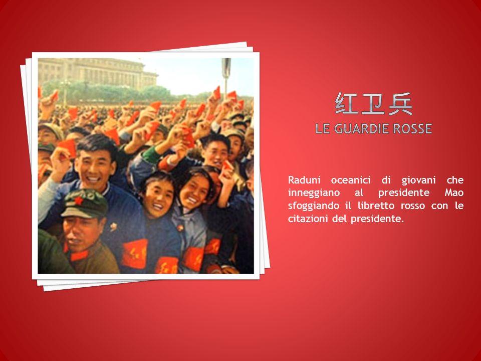 Raduni oceanici di giovani che inneggiano al presidente Mao sfoggiando il libretto rosso con le citazioni del presidente.