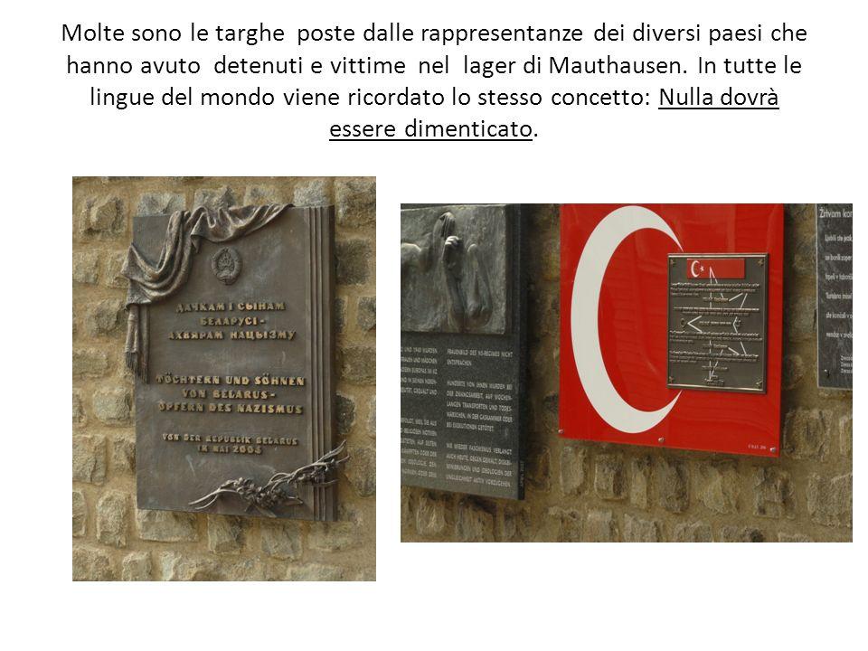 Molte sono le targhe poste dalle rappresentanze dei diversi paesi che hanno avuto detenuti e vittime nel lager di Mauthausen. In tutte le lingue del m