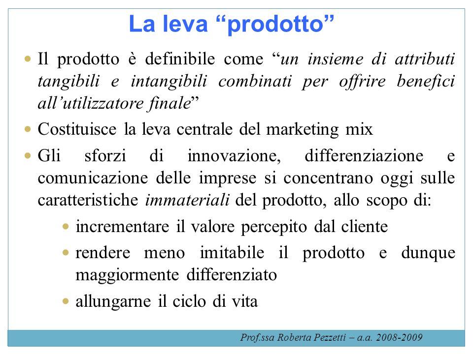 La leva prodotto Il prodotto è definibile come un insieme di attributi tangibili e intangibili combinati per offrire benefici allutilizzatore finale C