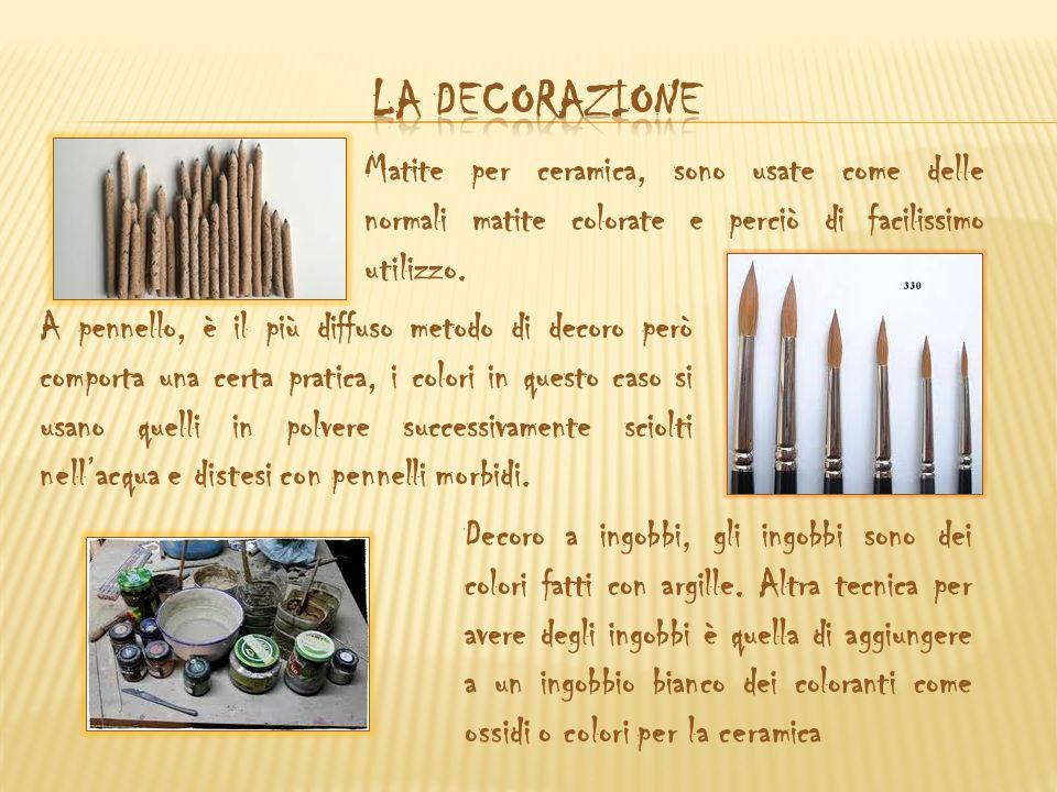 Matite per ceramica, sono usate come delle normali matite colorate e perciò di facilissimo utilizzo. A pennello, è il più diffuso metodo di decoro per