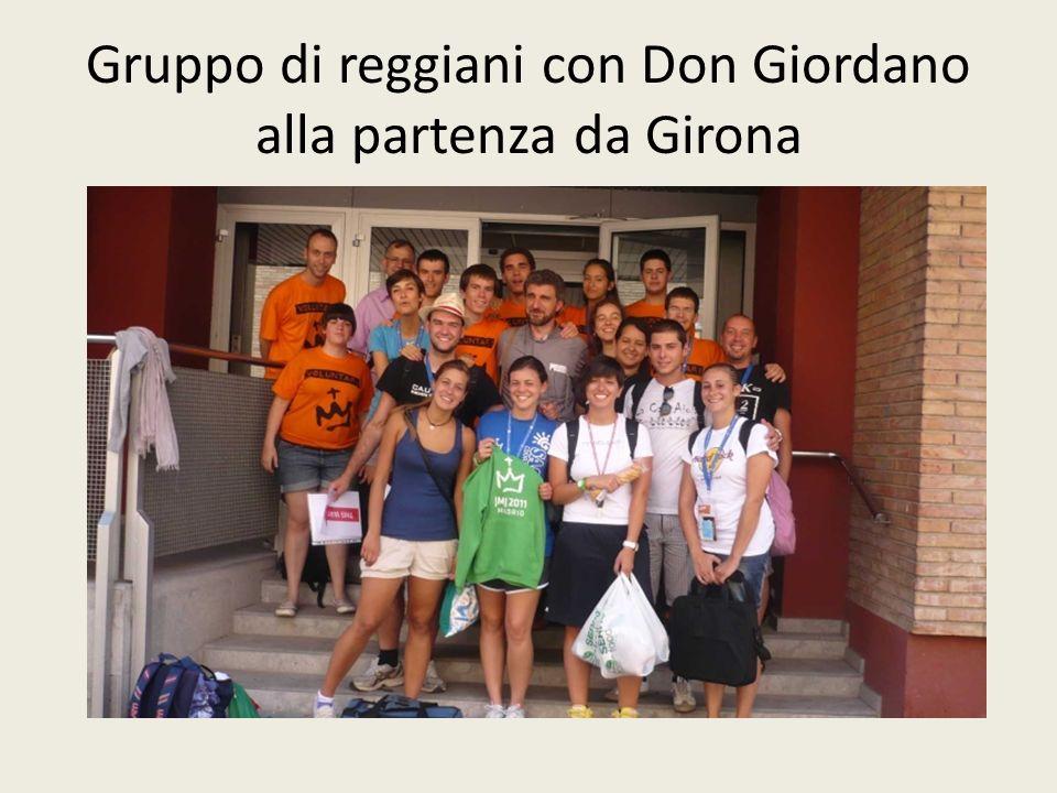 Gruppo di reggiani con Don Giordano alla partenza da Girona