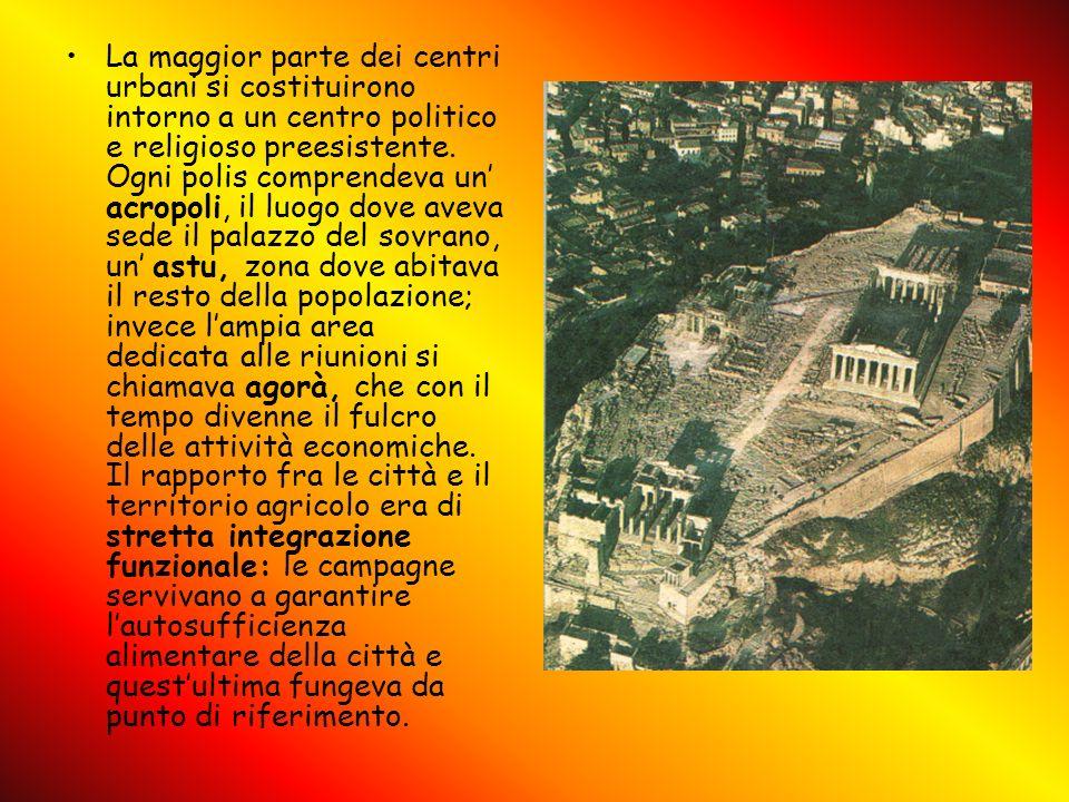 La maggior parte dei centri urbani si costituirono intorno a un centro politico e religioso preesistente. Ogni polis comprendeva un acropoli, il luogo