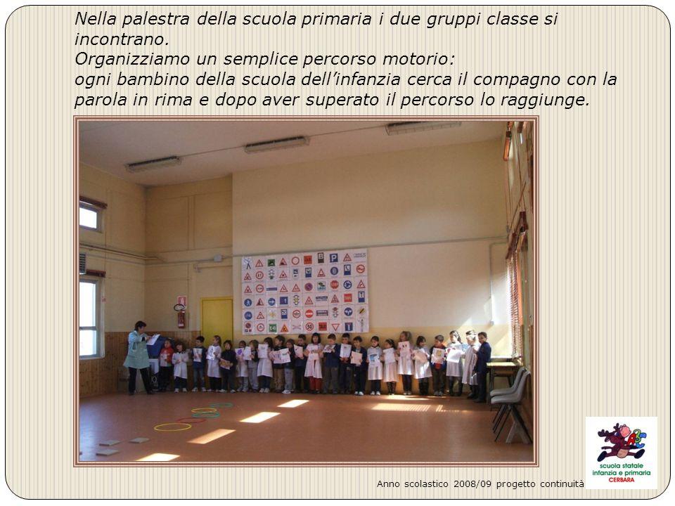Nella palestra della scuola primaria i due gruppi classe si incontrano. Organizziamo un semplice percorso motorio: ogni bambino della scuola dellinfan