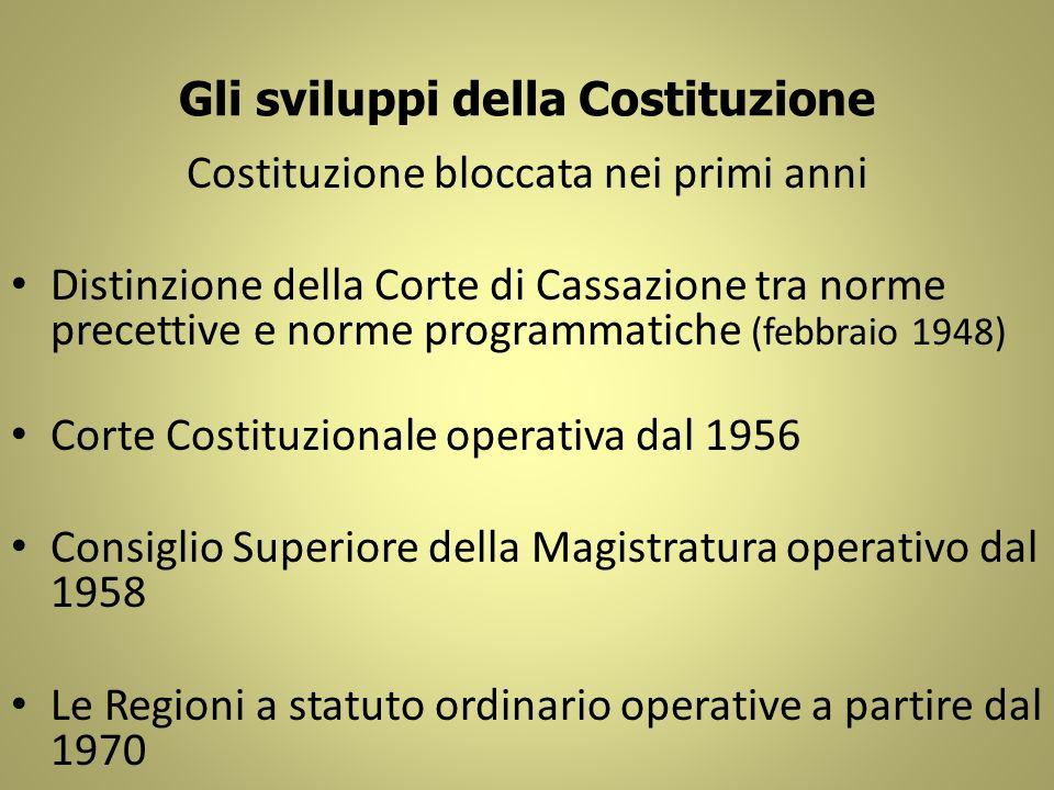 Gli sviluppi della Costituzione Costituzione bloccata nei primi anni Distinzione della Corte di Cassazione tra norme precettive e norme programmatiche