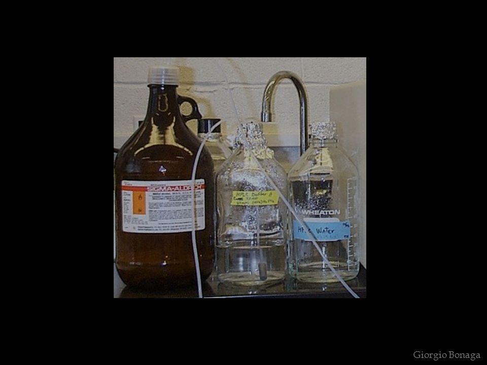 Questa proprietà, detta assorbanza, è governata dalla Legge di Lambert-Beer (una legge limite, valida solo per soluzioni diluite, con C < 0,01 mol/l).