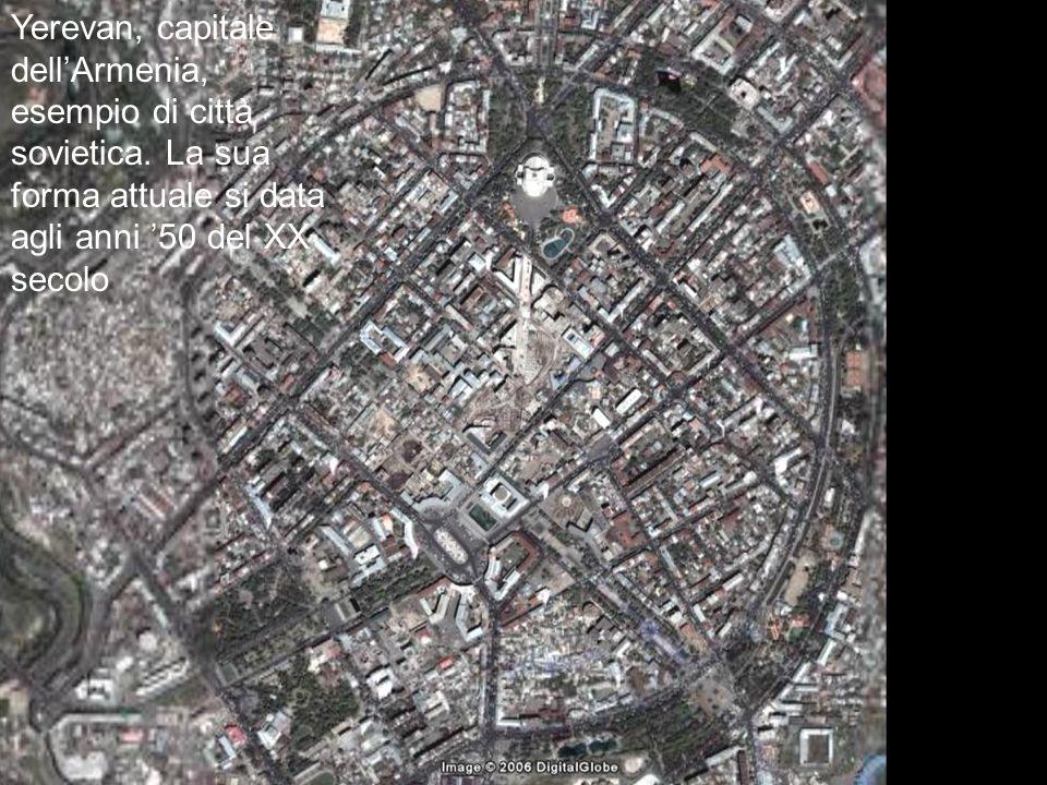 Yerevan, capitale dellArmenia, esempio di città sovietica.