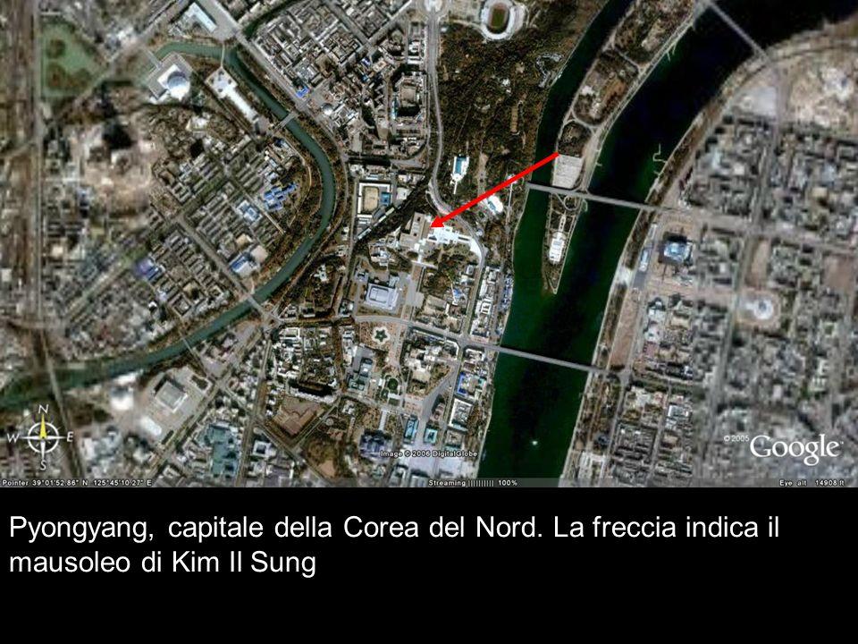 Pyongyang, capitale della Corea del Nord. La freccia indica il mausoleo di Kim Il Sung