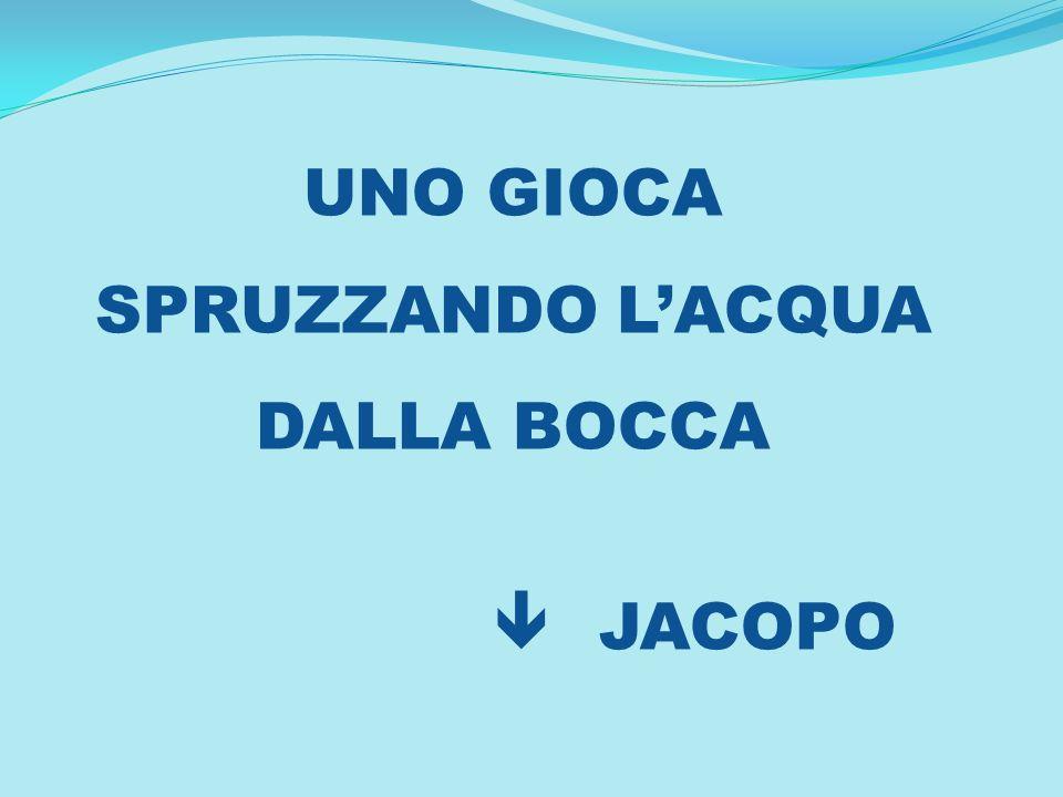 UNO GIOCA SPRUZZANDO LACQUA DALLA BOCCA JACOPO