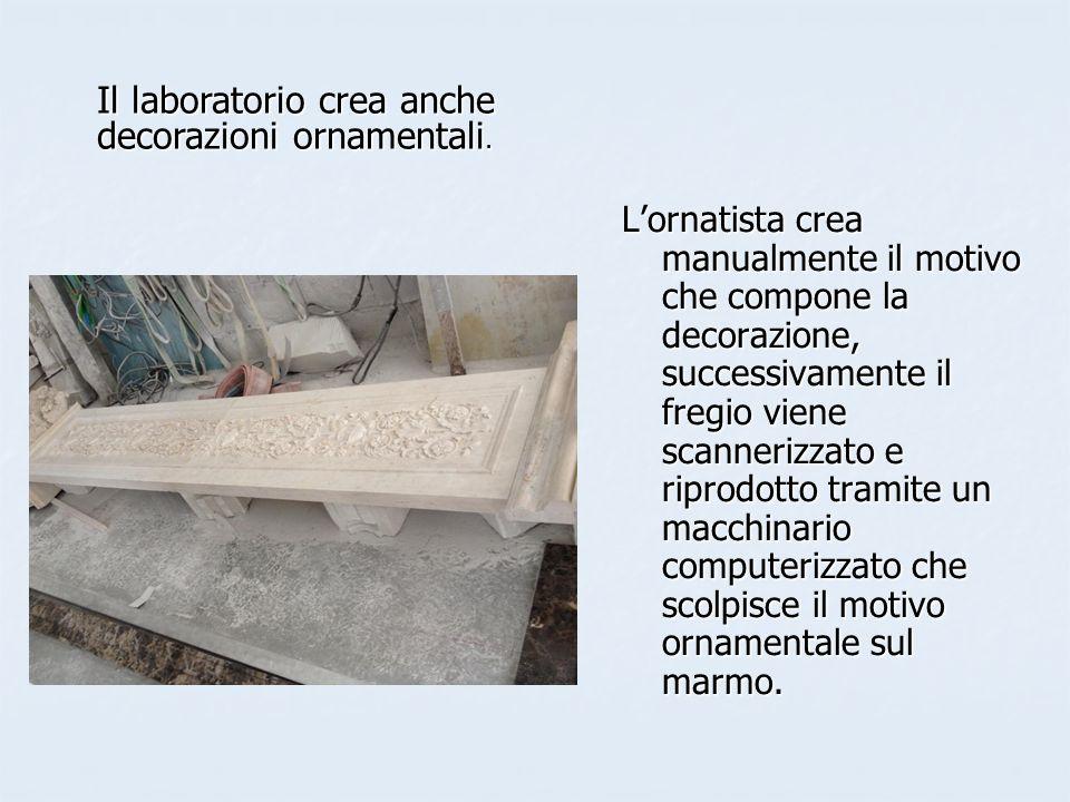Lornatista crea manualmente il motivo che compone la decorazione, successivamente il fregio viene scannerizzato e riprodotto tramite un macchinario computerizzato che scolpisce il motivo ornamentale sul marmo.