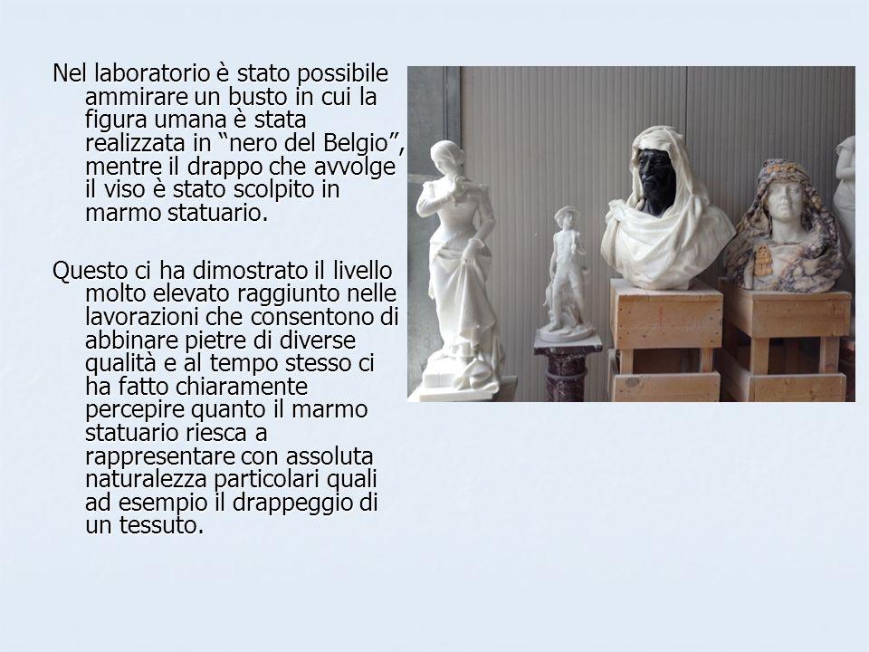 Nel laboratorio è stato possibile ammirare un busto in cui la figura umana è stata realizzata in nero del Belgio, mentre il drappo che avvolge il viso è stato scolpito in marmo statuario.