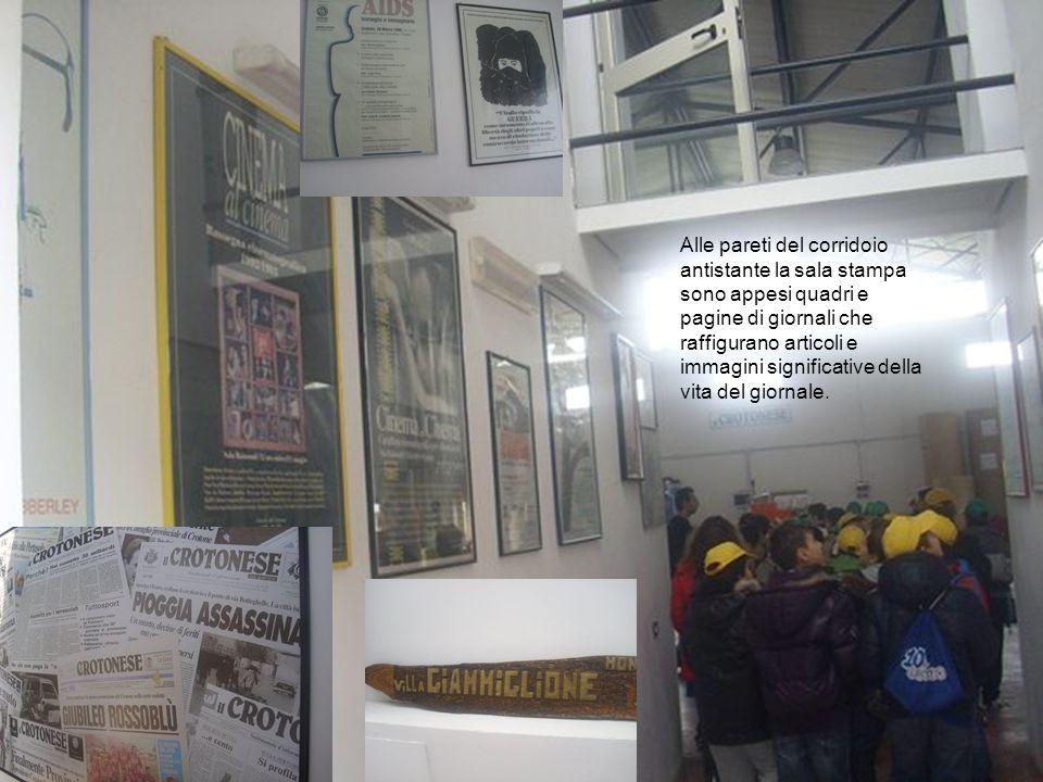 Alle pareti del corridoio antistante la sala stampa sono appesi quadri e pagine di giornali che raffigurano articoli e immagini significative della vi