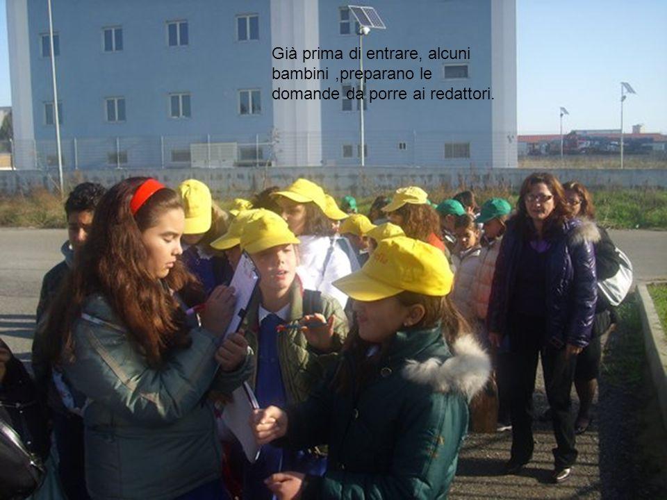 Già prima di entrare, alcuni bambini,preparano le domande da porre ai redattori.
