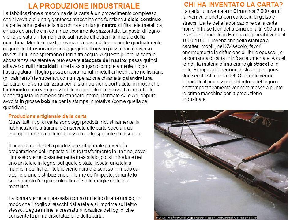 LA PRODUZIONE INDUSTRIALE La fabbricazione a macchina della carta è un procedimento complesso, che si avvale di una gigantesca macchina che funziona a