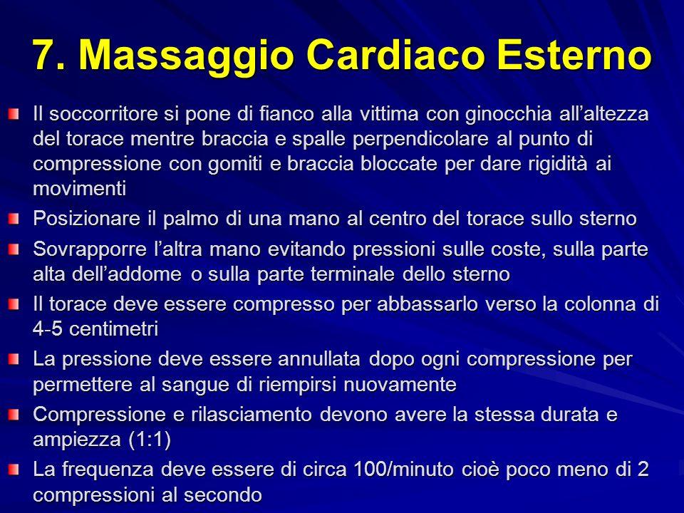 7. Massaggio Cardiaco Esterno Il soccorritore si pone di fianco alla vittima con ginocchia allaltezza del torace mentre braccia e spalle perpendicolar