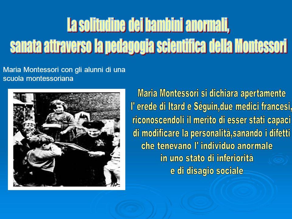 Maria Montessori con gli alunni di una scuola montessoriana