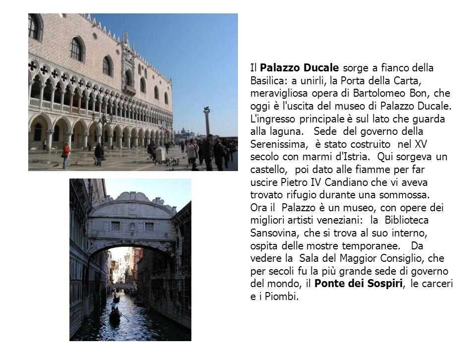 Il Palazzo Ducale sorge a fianco della Basilica: a unirli, la Porta della Carta, meravigliosa opera di Bartolomeo Bon, che oggi è l'uscita del museo d