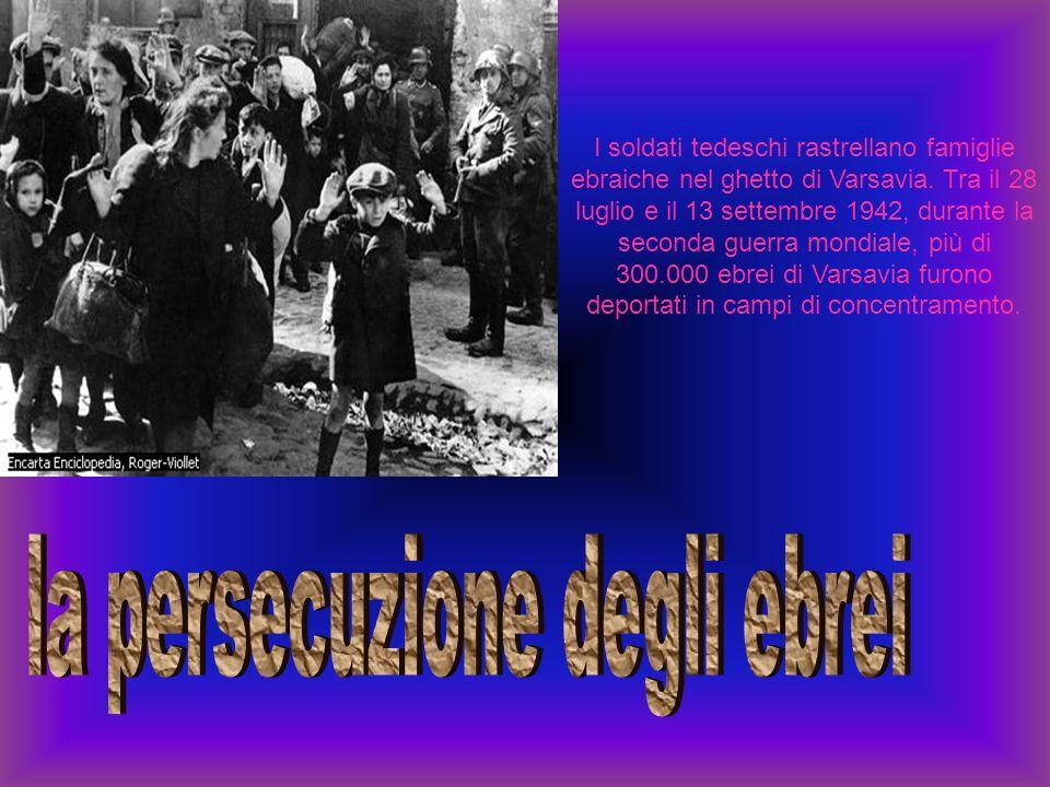 I soldati tedeschi rastrellano famiglie ebraiche nel ghetto di Varsavia. Tra il 28 luglio e il 13 settembre 1942, durante la seconda guerra mondiale,