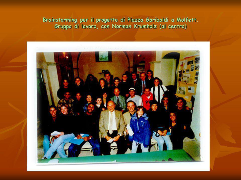 Brainstorming per il progetto di Piazza Garibaldi a Molfett. Gruppo di lavoro, con Norman Krumholz (al centro)