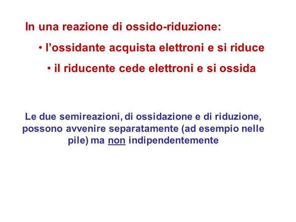 In una reazione di ossido-riduzione: lossidante acquista elettroni e si riduce il riducente cede elettroni e si ossida Le due semireazioni, di ossidaz
