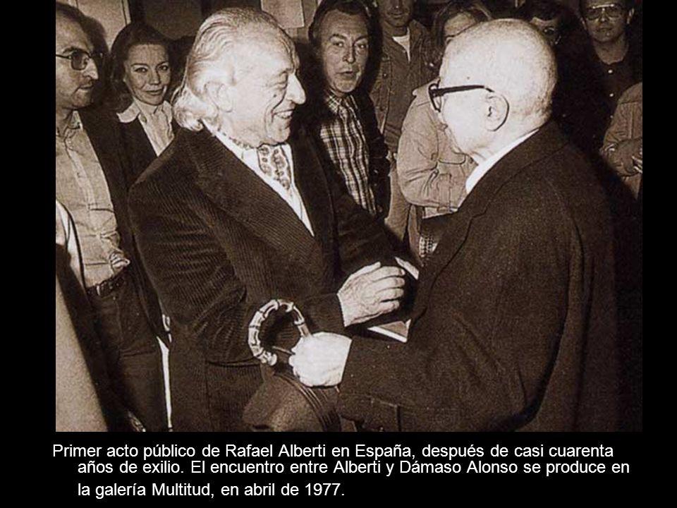 Primer acto público de Rafael Alberti en España, después de casi cuarenta años de exilio. El encuentro entre Alberti y Dámaso Alonso se produce en la