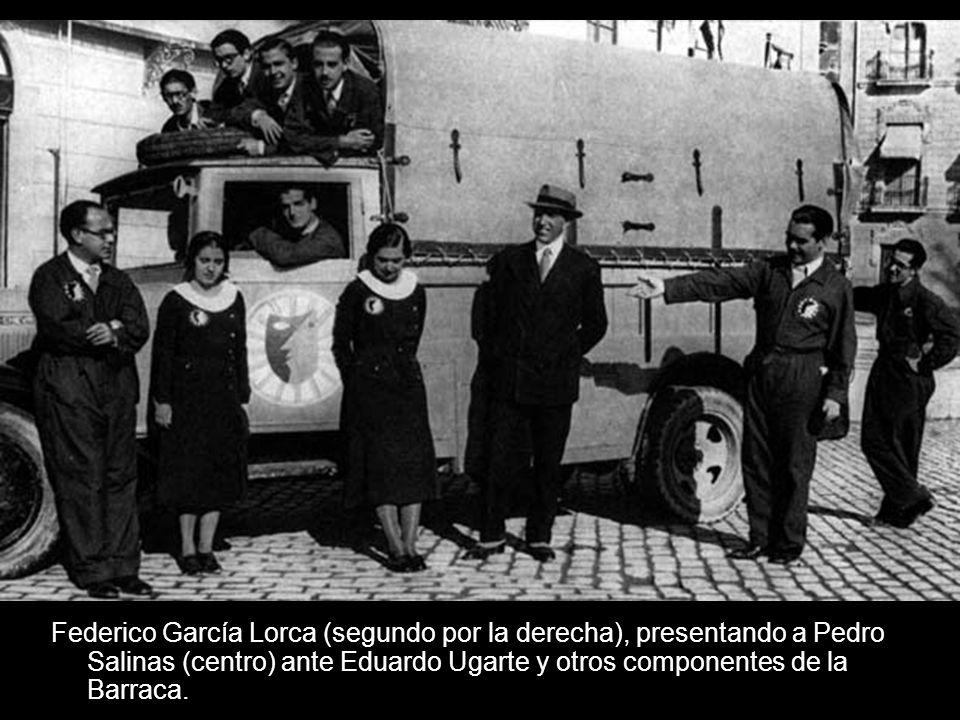Federico García Lorca (segundo por la derecha), presentando a Pedro Salinas (centro) ante Eduardo Ugarte y otros componentes de la Barraca.