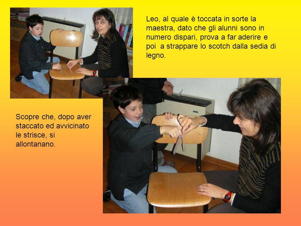 Leo, al quale è toccata in sorte la maestra, dato che gli alunni sono in numero dispari, prova a far aderire e poi a strappare lo scotch dalla sedia di legno.
