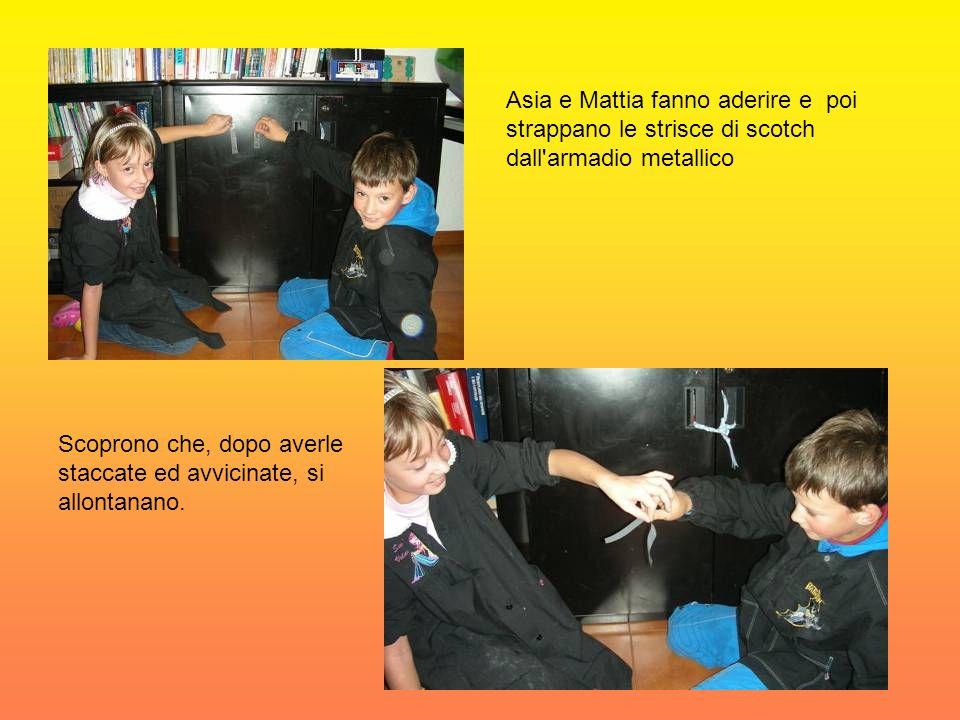 Asia e Mattia fanno aderire e poi strappano le strisce di scotch dall armadio metallico Scoprono che, dopo averle staccate ed avvicinate, si allontanano.