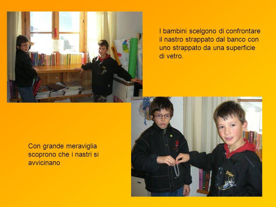 I bambini scelgono di confrontare il nastro strappato dal banco con uno strappato da una superficie di vetro.