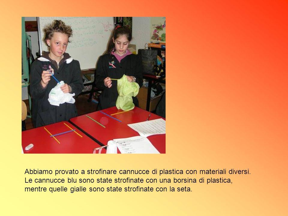 Abbiamo provato a strofinare cannucce di plastica con materiali diversi.