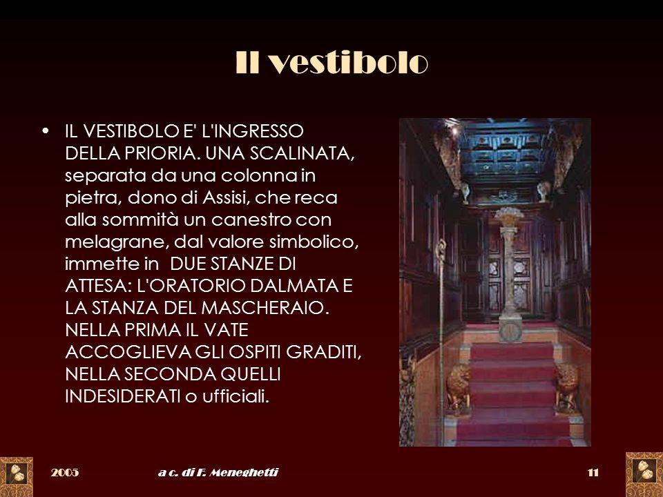 2005a c. di F. Meneghetti11 Il vestibolo IL VESTIBOLO E' L'INGRESSO DELLA PRIORIA. UNA SCALINATA, separata da una colonna in pietra, dono di Assisi, c