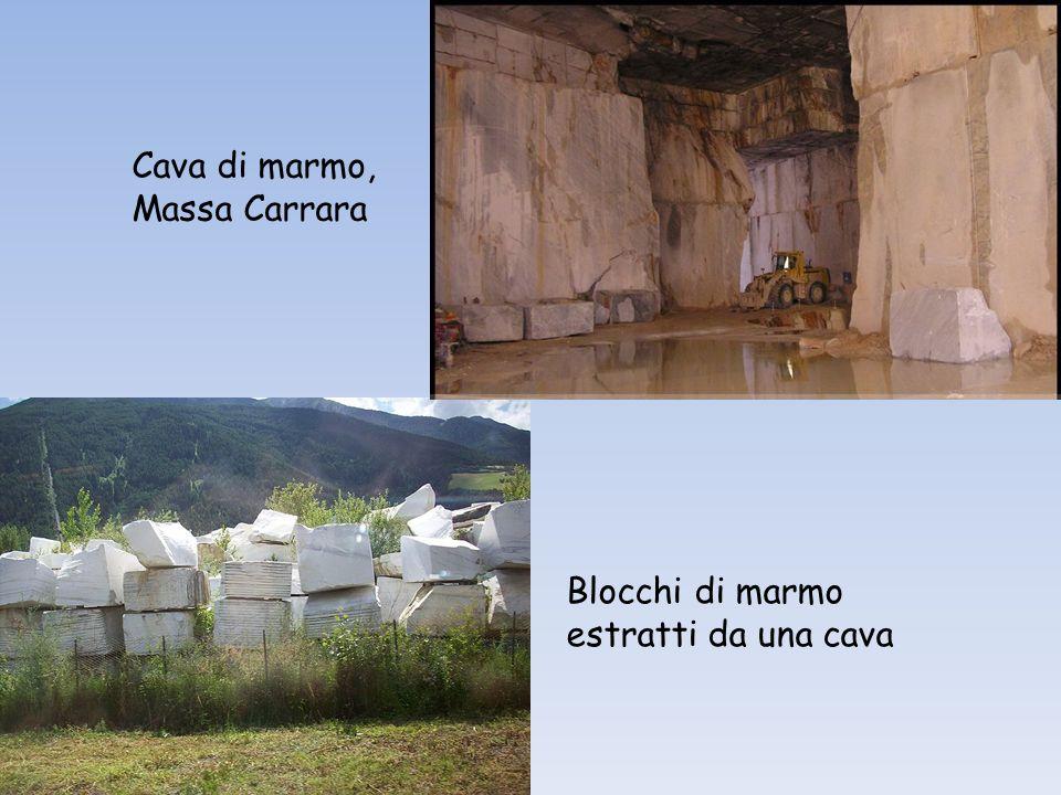 Cava di marmo, Massa Carrara Blocchi di marmo estratti da una cava