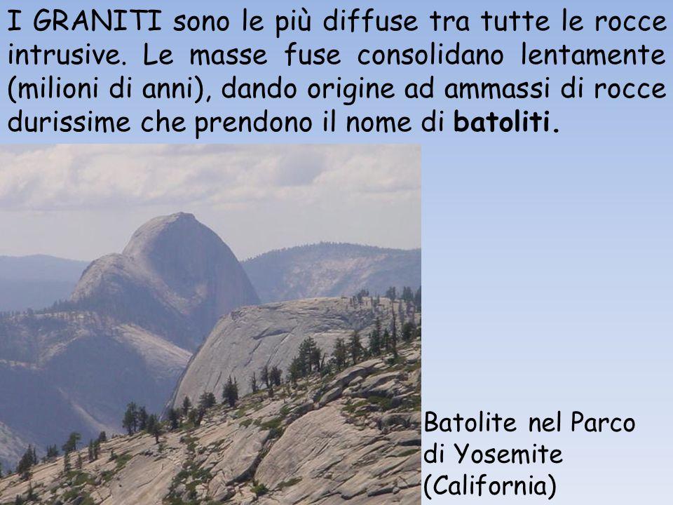 I GRANITI sono le più diffuse tra tutte le rocce intrusive. Le masse fuse consolidano lentamente (milioni di anni), dando origine ad ammassi di rocce