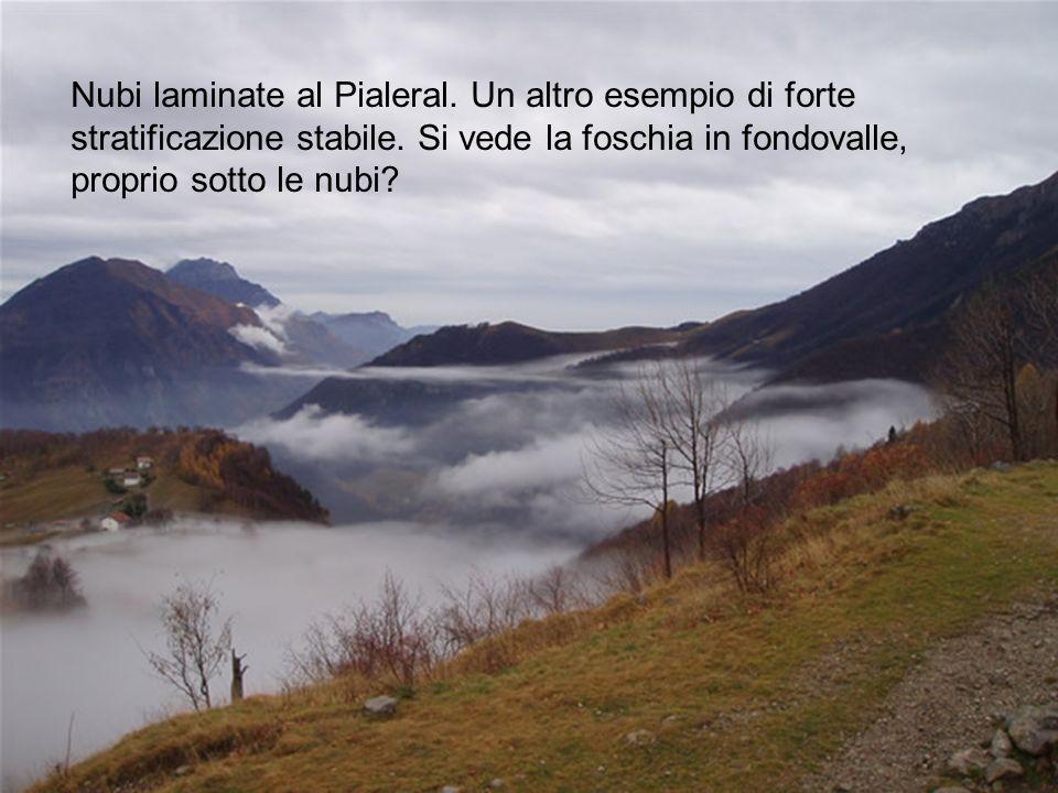 Nubi laminate al Pialeral. Un altro esempio di forte stratificazione stabile. Si vede la foschia in fondovalle, proprio sotto le nubi?