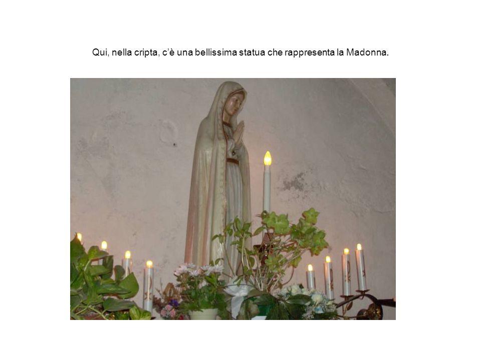 Qui, nella cripta, cè una bellissima statua che rappresenta la Madonna.