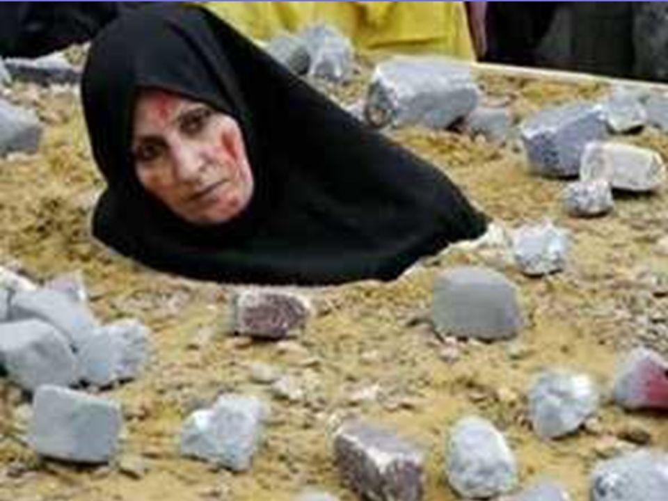 LA LAPIDAZIONE. Ladultera è punita con la lapidazione La donna è messa in una buca scavata nel terreno ricoperta di terra fino al petto; in seguito gl