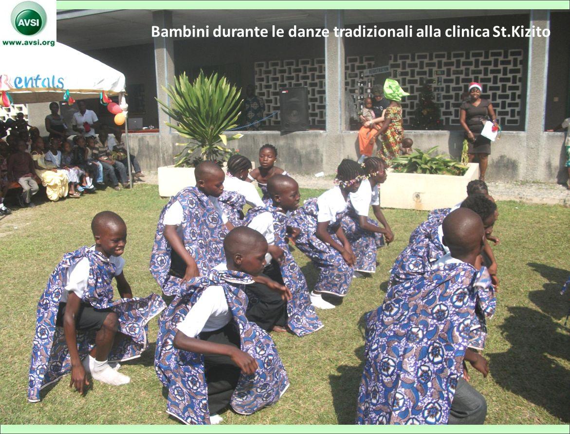 Bambini durante le danze tradizionali alla clinica St.Kizito 10