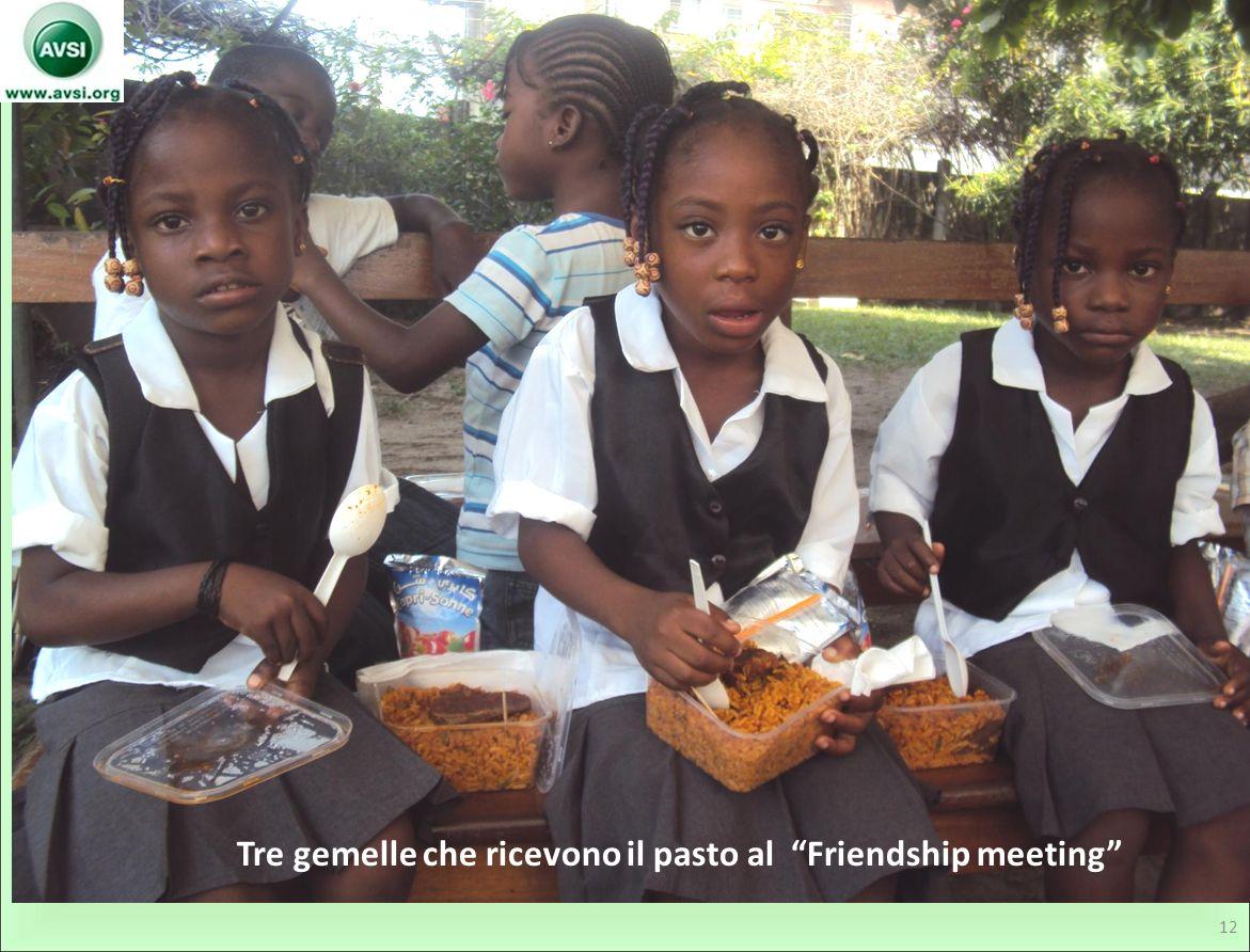 Tre gemelle che ricevono il pasto al Friendship meeting 12